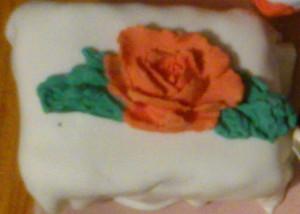 пирожное белое с цветами